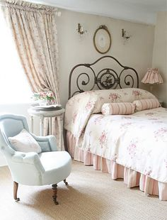 20 awesome shabby chic bedroom furniture ideas what is chabby chic chabby chic is the interior design style where new items are distressed to achieve the awesome shabby chic style