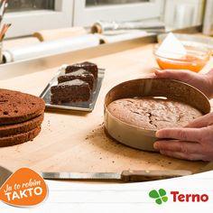 Pri pečení sa často stáva, že koláč nejde von z plechu. Pri tomto probléme stačí formu postaviť na pár minút na vlhkú utierku. Máte podobné vychytávky?