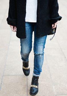 Boots à gourmettes + slim déchiré + manteau noir + tee-shirt blanc = le bon look