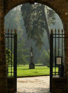 xenabitesback: The English garden at Fontainebleau. (via cleolinda) Garden Doors, Garden Gates, Dream Garden, Garden Of Eden, Landscape Design, Garden Design, Boxwood Landscaping, Fontainebleau, Little Gardens