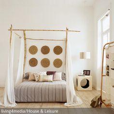 Ein Himmelbett aus Bambusstäben (Bild), Obstkisten statt herkömmlicher Kommoden, Sitzkissen statt Balkonmöbel – wir beweisen Euch, dass man auch mit schmalem Budget stilvoll wohnen kann: http://www.roomido.com/wohntrends-einrichtungstipps/innovativ-kreativ/hippie-boheme.html