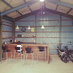 男性で、Overview/DIY/ガレージ/IKEA照明/IKEA スツール/倉庫リノベ/ツーバイ材/鉄骨 トタン 塗装についてのインテリア実例。 「農業用倉庫を一年かけ...」 (2015-06-14 02:42:16に共有されました) Garage Cafe, Garage House, Garage Workshop, Small Backyard Pools, Backyard Garden Design, Diy Corner Shelf, Garage Renovation, Shop Plans, Small Office
