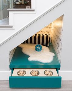 26 Sneaky DIY Small Space Storage and Organization Ideas Animal Room, Under Stairs Dog House, Pet Stairs, Dog Nook, Dog Cave, Dog Bedroom, Dog Spaces, Small Spaces, Small Rooms