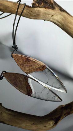 Resin wood Necklace/ wundervolle Harz Holz Halskette/Geschenk für Ihn und Sie/ schwarze Swirls/Geschenkidee/Epoxidharz/epoxy/present/ gift/ von ZeitlosSchmuckDesign auf Etsy https://www.etsy.com/de/listing/574676781/resin-wood-necklace-wundervolle-harz