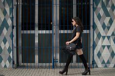 Look do dia / Outfit - bota grunge Schutz, bolsa franjas Schutz, meia 7/8 Forever 21, shorts Farm, chapéu e maxisolar Topshop.
