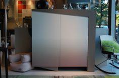 Mueble vajillero chapa roble a poro abierto, combinado con laca degradada blanco-gris. Dos puertas corte diagonal, aperturas con uñero, dos cajones interiores, y baldas de cristal. Estructura imponente de gran diseño, material base en DM de gran densidad.