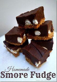 Homemade Smore Fudge, it's everything you want in a smore and perfect for giving at the holidays  #fudge #smores #dessert #Christmas #gifts