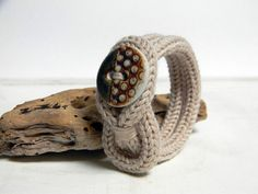 Bracelet tricot en laine beige avec bouton en par ylleanna sur Etsy
