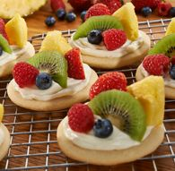 Mini Fruit Pizza Cookies are a refreshingly new take on fruit cookies. Fruit Pizza Cookies, Jiffy Mix Recipes, Mini Fruit Pizzas, Milling, Yummy Cookies, Desert Recipes, Baking Ideas, Recipe Using, Dips