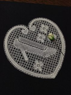 Great 'little' Flanders design -*Au point du plaisir* bobbin lace, flanders Bobbin Lacemaking, Lace Heart, Linens And Lace, Displaying Collections, Lace Making, Irish Crochet, My Works, Needlework, Quilts