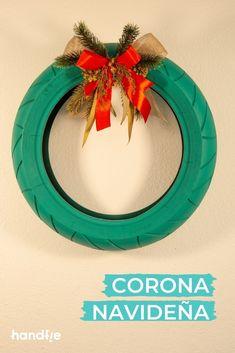 ¿Quieres aprender a hacer una corona de Navidad con un neumático reciclado? ¡Te enseñamos cómo! Ideas Para, Christmas Wreaths, Diy Ornaments, Recycled Tires, Holiday Wreaths, Bricolage