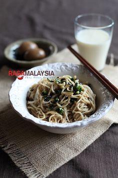 Taiwanese Scallion Oil Noodles (葱油拌面) Recipe | Easy Asian Recipes http://rasamalaysia.com