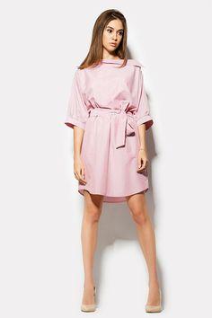 Хлопковое платье BRAZIL удивляет широким свободным верхом с необычной горловиной – широким косым отложным воротником. По левой стороне и рукаву идет декоративная планочка на пуговицах. Талия платья на резинке, поверх которой идет широкая полоса пояса из ткани. Расцветка – тонкая вертикальная красная полоска на белом фоне.