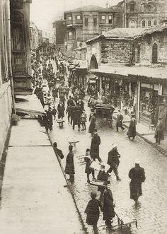 Kapalıçarşı mahmutpaşa kapısına gidişte sokağın hemen başında sağda yer alan Kürkçü Han / Mahmutpaşa / 1915