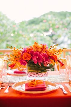 If you are planning a destination, meaning a tropical wedding, then you need to think over some original décor ideas that you will rock. I've prepared some cool table settings that are perfect. Wedding Centerpieces, Wedding Decorations, Table Decorations, Wedding Ideas, Table Arrangements, Floral Arrangements, Flower Arrangement, Deco Orange, Orange Pink