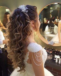 Brauthaar- und Make-up-Modelle ankara www.basakkuaforma- Brauthaar- und Make-up-Modelle ankara www.basakkuaforma Brauthaar- und Make-up-Modelle – The Best Of – tingling - Quince Hairstyles, Bride Hairstyles, Bridal Hairstyles For Curly Hair, Updo Hairstyle, Bridal Hair And Makeup, Hair Makeup, Medium Hair Styles, Curly Hair Styles, Medium Length Updo