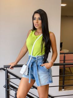 Inspiração regata colcci e shorts jeans. #inspiração Shorts Jeans, All Jeans, Denim Skirt, Waist Skirt, High Waisted Skirt, Ideias Fashion, Skirts, New Trends, Tank Tops