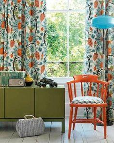 家具のカラーとカーテンのテキスタイルのカラーを合わせると統一感と華やかさが両立したインテリアになります。