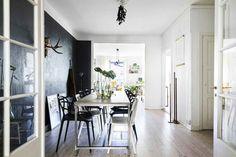 En Suède, les murs ne sont pas toujours blancs - PLANETE DECO a homes world Oversized Mirror, Divider, Room, Furniture, Home Decor, Walls, White People, Bedroom, Decoration Home