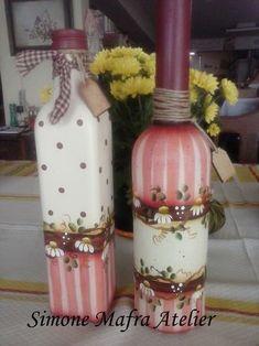 A arte e o estilo das garrafas decoradas Glass Bottle Crafts, Wine Bottle Art, Painted Wine Bottles, Diy Bottle, Decorated Bottles, Vintage Bottles, Decoupage Jars, Decoupage Tutorial, Altered Bottles