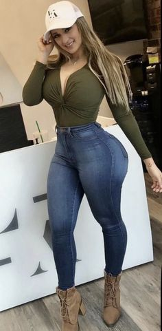 Curvy Jeans, Sexy Jeans, Sexy Older Women, Sexy Women, Sexy Curves, Girl With Curves, Fashion Tights, Curvy Women Fashion, Curvy Outfits