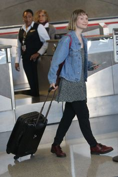 Mia Wasikowska Photos - Mia Wasikowska checks her luggage and catches a flight out of Los Angeles at LAX. Mia Wasikowska, Queen Of Hearts, Airport Style, Beautiful Women, Celebs, Street Style, Denim, Chic, Lady