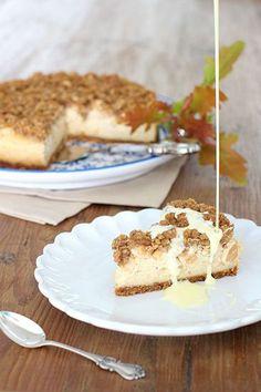 Tästä ei syysherkku parane! Rapea kauramuru kätkee alleen omenaa ja ihanan pehmeän ja mausteisen juustokakun. Kakku on parhaimmillaan... Yummy Treats, Yummy Food, Candy Cakes, Sweet Bakery, Sweet Pie, Bakery Cakes, Sweet And Salty, Desert Recipes, Yummy Cakes