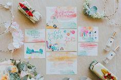"""Pack your bags! ✈💕☀ Casamento realizado nas Filipinas com a papelaria feita toda em aquarela, com o tema """"viagem e praia"""". Linda combinação de cores, bem vivas, que foi levada ao resto da identidade do evento, do vestido das madrinhas ao bolo. Ideia top e bem original! Um casamento temático leva as pessoas a imaginar muitas coisas e, sendo uma experiência diferente e super divertida, o casamento fica marcado na memória de todos! 💕 {via @pearldiano Instagram} #identidadevisual #papelaria…"""