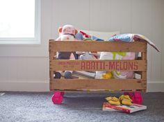 Spielzeugkasten Kinderzimmer alte Holzkiste Rollen rosa Farbe