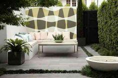 petit jardin amenagé en salon d'extérieur avec une fresque