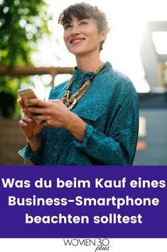 Hier erfährst du, was ein gutes Business-Smartphone können muss.#smartphonebusiness #businesstippsfürfrauen Apple App Store, Financial Institutions, Smartphone, Good News, Saving Money, Interview, Canning, Female, Lady