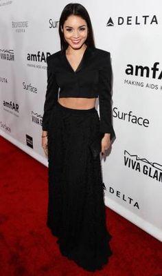 Vanessa Hudgens A atriz misturou saia longa com textura + cropped com um quê de alfaiataria. Chique!