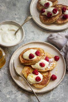 Szybkie placki na śniadanie- placki jogurtowe z miodem (przepis krok po kroku) Chilli, Calzone, Dory, Breakfast Recipes, French Toast, Food And Drink, Healthy Eating, Cooking Recipes, Dinner