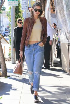 look modelo gigi hadid calca jeans top cropped