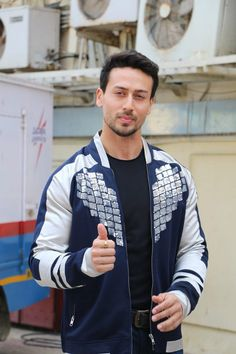 Tiger Shroff already looks a winner in Student of the Year 2 trailer! Famous Indian Actors, Indian Celebrities, Bollywood Celebrities, Tiger Shroff Body, Hrithik Roshan Hairstyle, Tiger Species, Tiger Love, Student Of The Year, All Black Looks