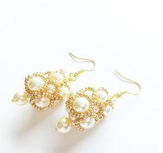 Guarda questo articolo nel mio negozio Etsy https://www.etsy.com/it/listing/266835431/orecchini-perle-bianche