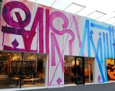 Fachada da loja da Louis Vuitton em Miami - Grafitada pelo artista americano Retna, que já decorou vitrines da Chanel com grafites também e propôs algo bem diferente dos ícones tradicionais da marca.