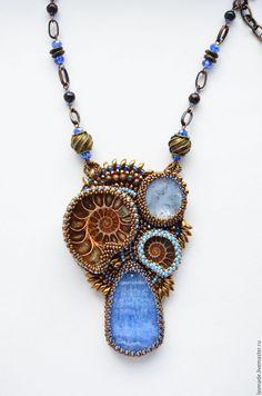 """Купить Кулон """"Sungai Masa"""" - синий, бронза, кулон с аммонитом, кулон вышитый бисером"""