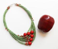 """Колье """" Сочное яблоко"""" из льняных нитей и ярко красных деревянных бусин"""