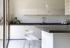 In cucina la parola d'ordine è pulizia formale e praticità. I mobili sono stati disegnati su misura, mentre le lampade sono firmate Artemide