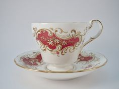 LOVELY Paragon Majestic by Appointment to her Majesty the Queen teacup and saucer bone china set. Tea cup measures 2 3/4 inches tall by 3 1/4 inches