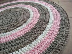 שטיח סרוג בעבודת יד מחוטי טריקו בגווני בז' ומוקה, שמנת וורוד בייבי קוטר 1.25 מ' מתאים לחדר ילדים, חדר שינה ועוד.. רך ונעים למגע