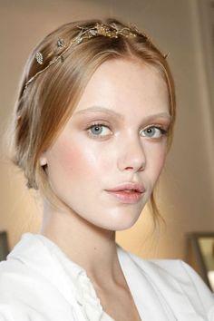 Idée Coiffure :    Description   coiffure romantique avec couronne et une peau rayonnante pour mettre en beauté le joli blond roux    - #Coiffure https://madame.tn/beaute/coiffure/idee-coiffure-coiffure-romantique-avec-couronne-et-une-peau-rayonnante-pour-mettre-en-beaute/