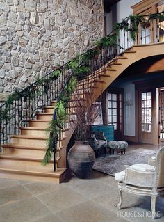 When a staircase is this spectacular, it makes sense to dress it for the occasion. A white oak staircase welcomes guests at the entrance of the home with a lush, merry garland that runs the length of the bannister. Natural Christmas, Christmas Home, Christmas Staircase, Christmas Morning, Rustic Christmas, Christmas Ideas, Xmas, Christmas Inspiration, Home Decor Inspiration