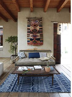 Discover beautiful living rooms with mixed prints and ideas for how to mix prints in your own home. Domino shares ideas for mixing prints in your living rooms with accent pieces, furniture, and walls. Decoration Inspiration, Interior Inspiration, Style At Home, Living Room Prints, Room Decor, Wall Decor, Wall Art, Deco Boheme, Banquette