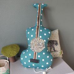 Guitare boite à musique avec mélodie des Beatles, Gainsbourg ou Piaf ! Barnabé aime le café