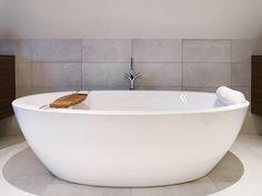 Vrijstaand bad van Villeroy&Boch in combinatie met  grijze tegel. Deze tegel wordt doorgetrokken in een accentmuur achter de badkuip. Ook indien er kinderen zijn, is er zo geen probleem wat betreft wegspattend water !