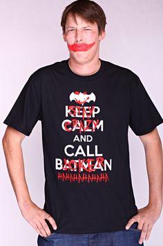 """Dit rechte model T-shirt voor mannen is gemaakt van voorgekrompen ringgesponnen katoen en had een opdruk met de tekst: """"Stay Calm and Call Batman"""". De 'Joker' heeft echter een andere mening. :-) De hoge kwaliteit en goede verwerking zijn zichtbaar in de dubbele naden aan de mouwen en de zoom en de tweevoudig gelegde kraag in 1X1 ripp."""