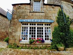 Locronan market guide and photos of our visit to the village and Tuesday mornig market.Hotel and cottage accommodation for your holiday in Brittany Brittany France, Amazing Places, The Good Place, Cottage, Outdoor Structures, Cabin, Cottages