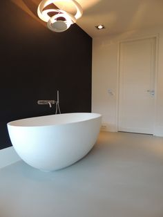 Een vrijstaand bad komt extra mooi uit op een gietvloer. Vraag vrijblijvend een offerte aan via www.designgietvloer.nl